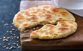 Groft pandebrød Et skønt groft brød, der bages i en pande uden fedtstof. Der er tykmælk i dejen, og det giver brødet både fugtighed og elasticitet.