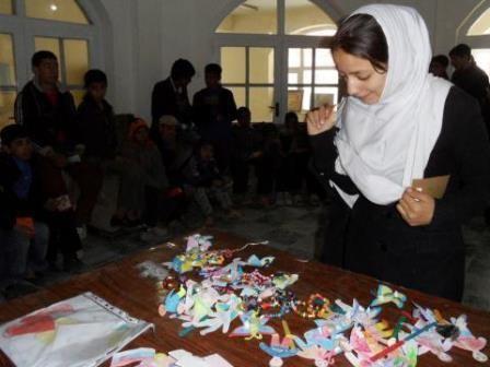 Naši terénni pracovníci v Afganistane sa stretli s deťmi z adopčného programu Škola namiesto ulice. Z celkového počtu 58 detí, ktoré podporujú slovenskí darcovia na stretnutie prišlo 48 chlapcov a dievčat. Deťom sme odovzdali školské uniformy a pre každé dieťa boli pripravené darčeky od žiakov zo slovenských škôl, ktoré sa rozhodli zapojiť do pomoci deťom v Afganistane, napríklad ZŠ Bukovecká z Košíc, ZŠ Drienov či Evanjelická spojená škola z Martina a mnohé iné.
