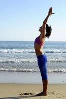 1. Start: Stå rakt och för ihop handflatorna framför bröstet. Andas in. Sträck armarna uppåt och böj överkroppen aningen bakåt.