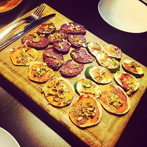 Pizza ongezond? Nee hoor! Dit is feest met gezonde pizza van 100% groenten. Bodems zijn van rode biet, courgette en zoete aardappel. Gezonde pizza recept