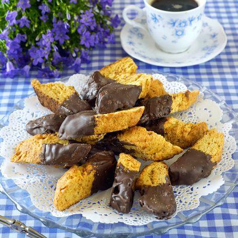 Knapriga kardemummaskorpor doppade i mörk choklad.