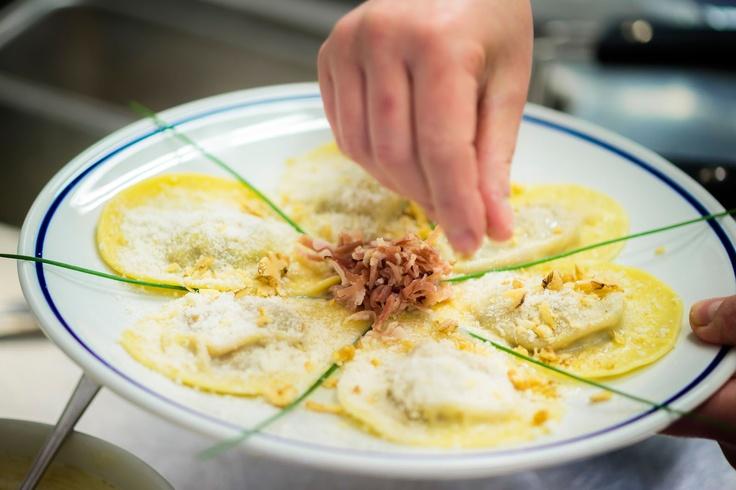 Baita Bai de Dones preparazione di un piatto  (Photo: www.bandion.it)