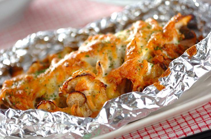 鮭に玉ネギ、シメジをのせ、濃厚なソースをかけた、チーズの焼き色が食欲をそそるオーブン料理です。鮭のホイル焼き[洋食/焼きもの、オーブン料理]2011.12.12公開のレシピです。