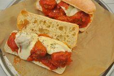 Voor mij gaat er niets boven een zelfgemaakt gehaktballetje met tomatensaus, mmm! Normaal gesproken eten wij vaak gehaktballetjes in tomatensaus in combinatie met pasta of rijst. Maar deze keer hebben wij de gehaktballetjes op een ciabatta geserveerd, was ook erg lekker en voor herhaling vatbaar! Tijd: 30 min. Recept voor 4 broodjes Benodigdheden: 4 …