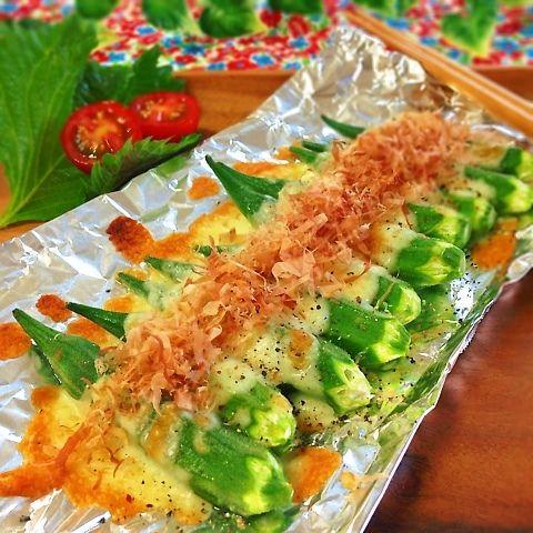 旬のオクラを丸ごとトースターで焼くだけ♡^ - ^チーズがとろけて、1人で全部ペロリしてしまいそうです♡ ◆材料(2人分) オクラ 1パック(10本くらい) ピザ用チーズ(とろけるチーズ)たっぷり 醤油 少々 お好みで、黒粗挽きコショウ、鰹節、ごま、七味など(トッピング用) 適 ◆作り方 1.オクラに軽く塩をし板ずりし、水で洗い流し、ヘタを切る。 2.アルミホイルの上に、オクラをならべ、たっぷりピザ用チーズをのせ、オーブントースターでこんがりするまで焼く(約5〜6分)。取り出して、その上に、軽く醤油を全体にぴやっとかけ、鰹節、黒粗挽きコショウなどパラパラして、完成です♡ 夫も、パクパク〜^ - ^ビールにも合います♡あっという間になくなりました♡