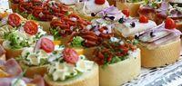 Ideetjes voor kleine hapjes:  Rauwe ham met meloen, Ham met asperge, Stokbrood brie, filet américain of zalm, stukje zeeuws spek, gevuld ei of tomaat, Gehaktbal ui, kip ananas, saucijzenbroodje, tapas spies,  rookvlees gevuld met ei, wrap met zalm en roomkaas of  ham en roomkaas, Monchou rookvlees,  rauwe haring met uitjes, tomaat gevuld met garnalen.