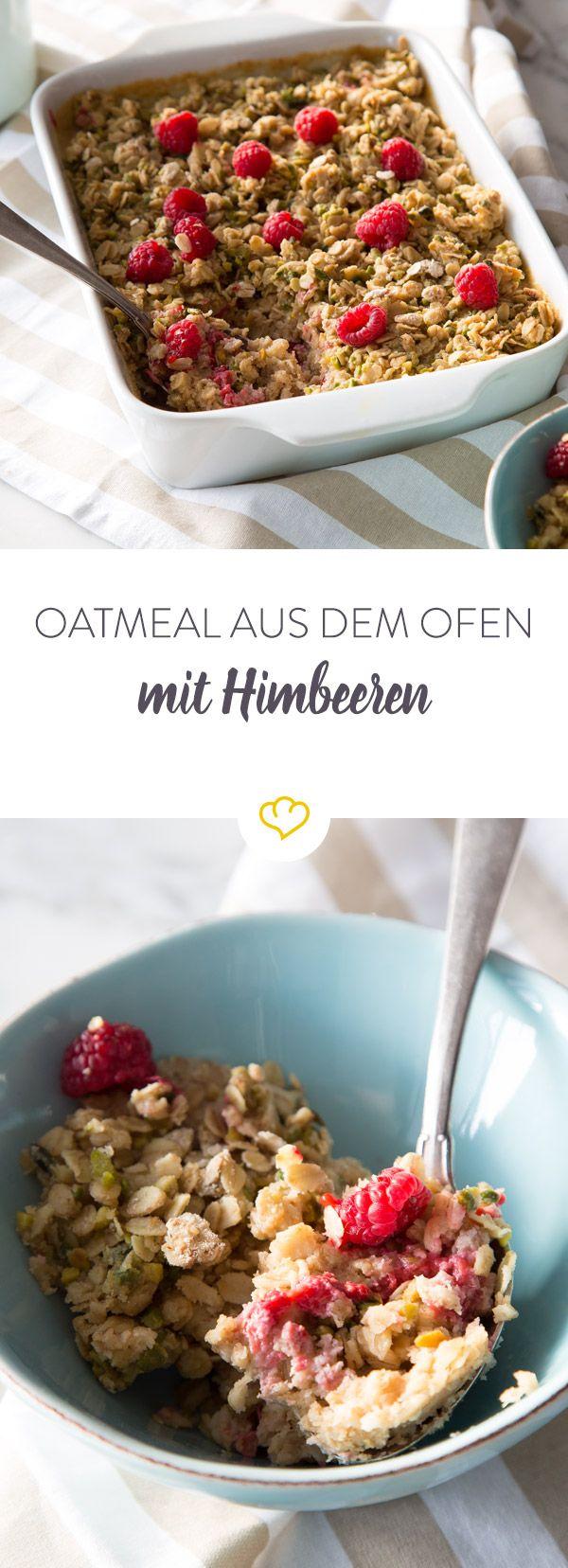 Dieses Oatmeal kommt mit Erdnussbutter, Keksen und Himbeeren und einem köstlichem Crumble mit Pistazien aus dem Ofen direkt auf deinen Frühstückstisch.
