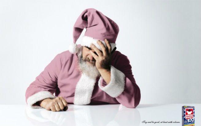 サンタクロースの着ている赤い服が色落ちしてしまい頭を抱えているというクリエイティブ。 こちらはイタリアの色落ち防止剤「Omino Bianco」の広告