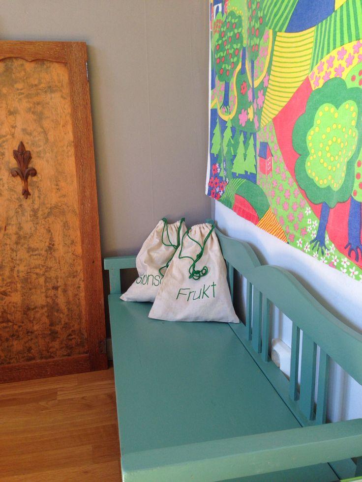 #barnrum #träsoffa #70tal #tyg #soffa #imfairtrade #fairtrade #återbruk