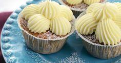 Supersaftiga morotsmuffins med kanel och muskot. Toppas med en vaniljdoftande frosting gjord på färskost.