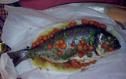Orata al cartoccio - Ecco la ricetta dell'orata al cartoccio, una ricetta facile e molto leggera per preparare questo pesce.