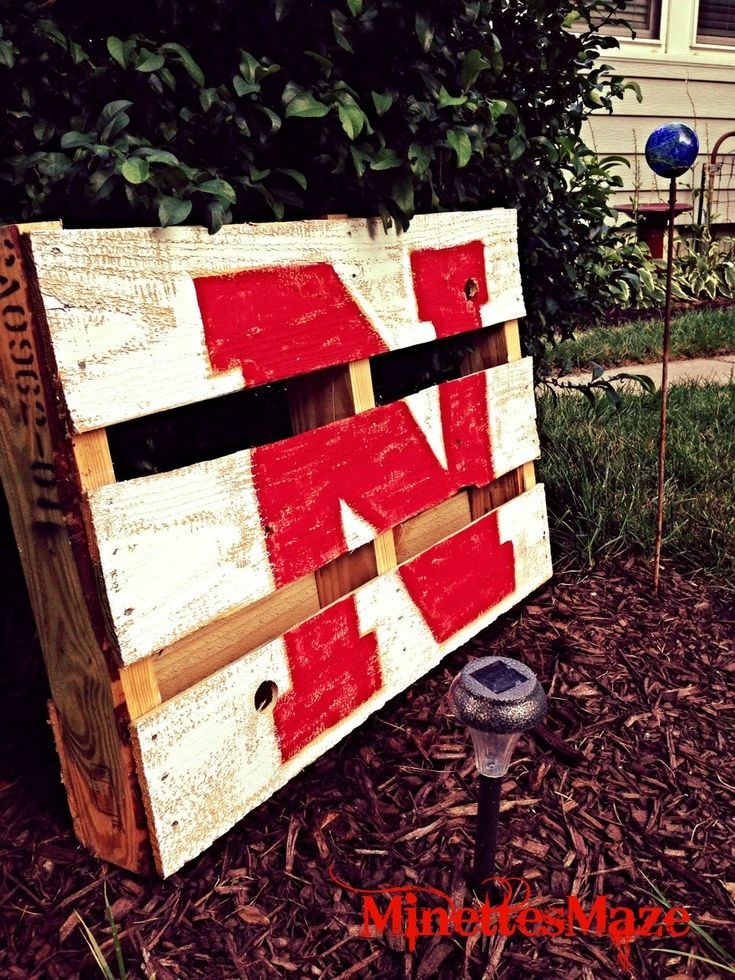 Gotta Love Mini Pallets! Show your Husker pride!! DIY details on this blog...  #DIY #huskers #Nebraska #collegefootball #football