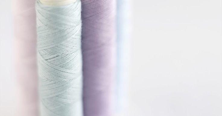 """A cor perfeita para combinar com lilás. A cor lilás é tipicamente um roxo claro com algumas nuances de cinza. Essa cor feminina e relaxante funciona bem em banheiros, quartos e algumas salas de estar. Se você pintou um cômodo de lilás ou procura alguma cor de tinta que combine com seus acessórios dessa cor, você tem muitas opções. A cor """"perfeita"""" para combinar com lilás podem ser ..."""
