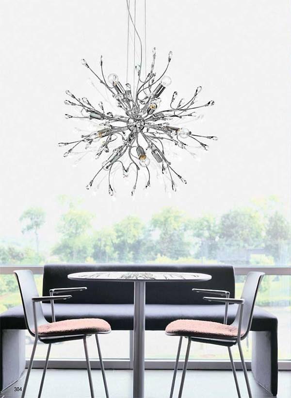 L'offerta dei prodotti decorativi classici comprende lampade da parete e soffitto, sospensioni, lampade da tavolo e da terra. Ecco una sospensione con struttura in metallo cromato e cristalli a mandorla trasparenti.