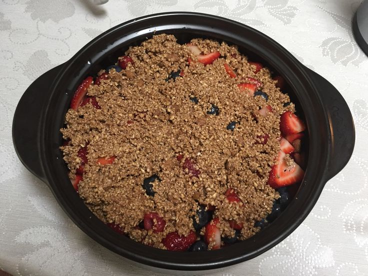 Berry oatmeal crisp bake in my favourite rockcrok. Simple recipes, real food.  https://www.pamperedchef.ca/pws/elizabethslaunwhite