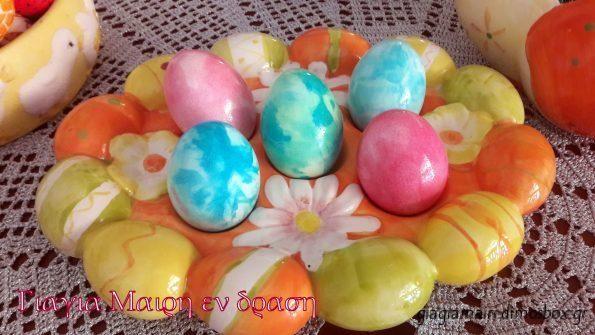 Αυγά βαμμένα στο γιαούρτι |