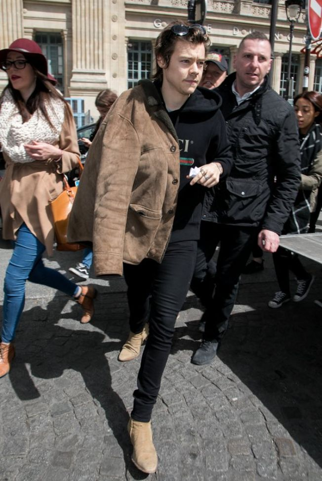 NEW | Harry arriving in Paris today 26 April 2017, causing a pandemonium among French Fans! Follow rickysturn/harry-styles