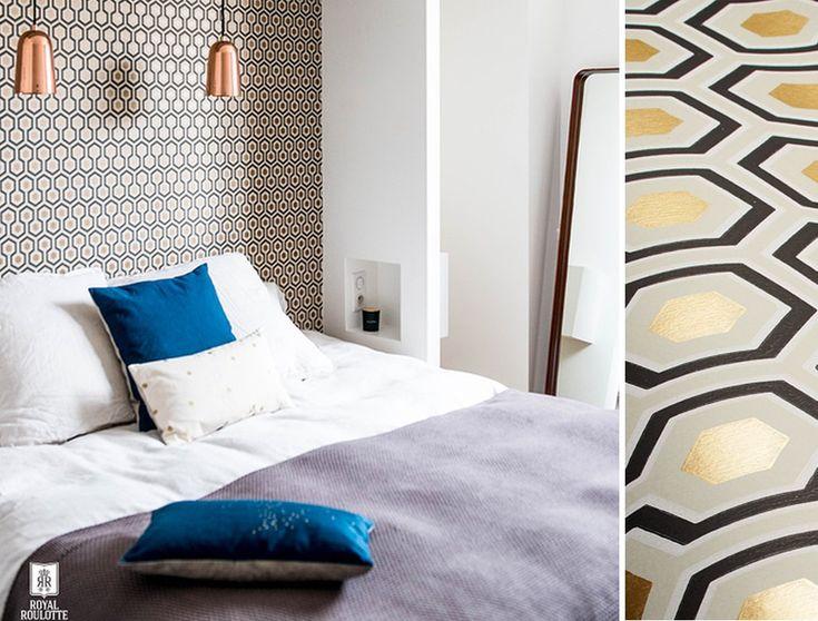 Le papier peint Hicks Hexagon de Cole and Son en noir et doré dans une chambre. Crédit photo : Royal Roulotte.
