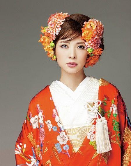 左右にたっぷり生花を飾ってゴージャスな洋髪に/Front|ヘアメイクカタログ|ザ・ウエディング