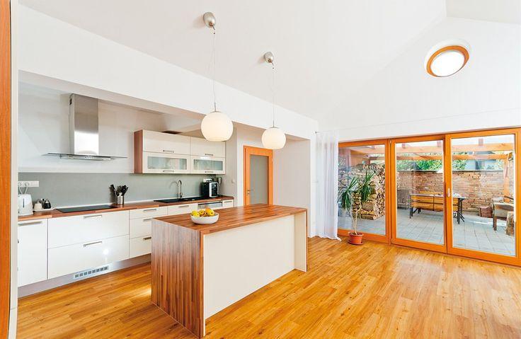 Z kuchyně se francouzskými okny vstupuje na terasu, která se tak v létě stává nejvíce využívaným obytným prostorem.