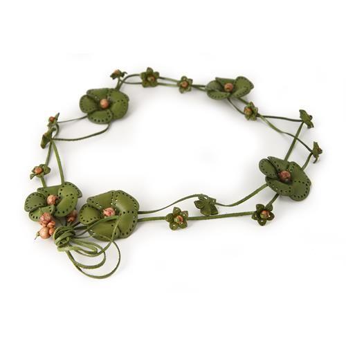 CINTURA GRETA VERDE  -  Cintura in vera pelle con allacciatura a fiocco decorata da graziosi fiori in pelle e piccole perline in legno. Lungh: 80 cm. + lacci di chiusura 25 cm. per parte.