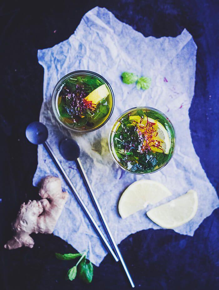 [ Hemmagjort te med Saffran, Mynta, Kanel & Vanilj ] Två glas. { Ingredienser } 2 glas vatten / 2 kanelstänger / 1 vaniljstång / 1 handfull färsk mynta / några nypor saffran / 2 skivor citron. { Metod } Lägg ner alla kryddor i en kastrull tillsammans med vattnet. Koka upp, låt stå & dra så att alla smaker sätter sig. Servera!