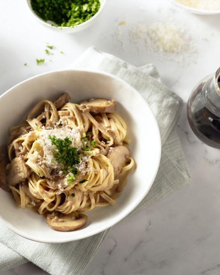 Een heerlijk herfstige pasta, deze fettucini met champignons met lekker veel balsamico-azijn. Gebruik zeker een duurdere, goede soort balsamico.