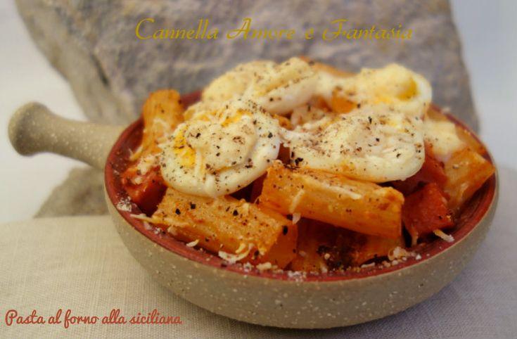 pasta al forno alla siciliana la giusta orizontale350 g di pasta di grano duro tipo rigatoni 400 g di besciamella pecorino grattugiato q.b. 4 uova sode (se si è intolleranti si possono evitare di mettere) 1 carota 1 cipolla 1 costa di sedano 1 spicchio d'aglio 1/2 cucchiaino di semi di cumino pepe nero q.b. 3 cucchiai di olio evo 1 cucchiai di conserva di pomodoro 1/2 litro di salsa di pomodoro 1/2 bicchiere di latte 1 bicchiere di vino bianco sale q.b. 200 g di salsiccia