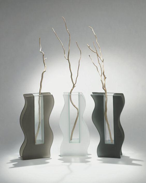 I vasi Shape di design in vetro sono caratterizzati da una forma sinuosa e sagomata, che trasmette dinamismo anche al contenuto