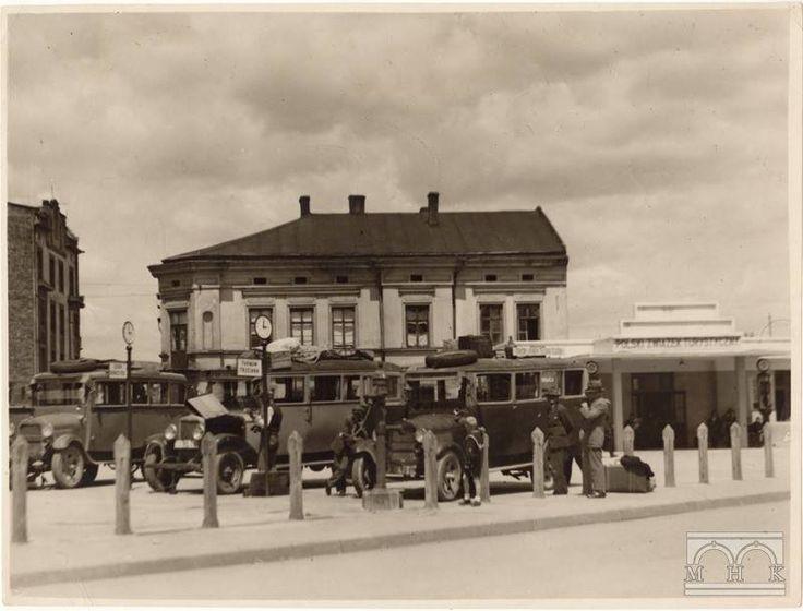 """Dworzec autobusowy na placu Zgody, Podgórze, Kraków. Fot. Agencja Fotograficzna """"Światowid"""" (1932)"""