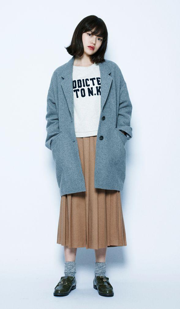 流行りのキャメルのプリーツスカートでフェミニンな雰囲気をもたらして。丈が長めのコートなので、クラシックにまとまりました。 WコンカワリTWチェスターコート¥11,800+税 / No415402 Cウ...