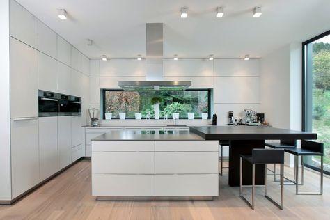 Weitreichender Blick auf die komplette Küche und