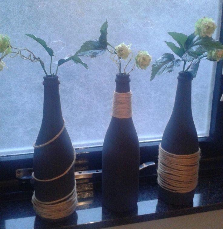 Flessen beschilderd met muurverf van Le Noir& Blanc van Karwei.