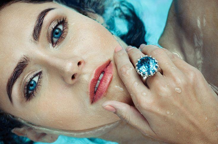 Девушка в воде, голубые глаза, портрет крупным планом, кольцо с сапфиром,