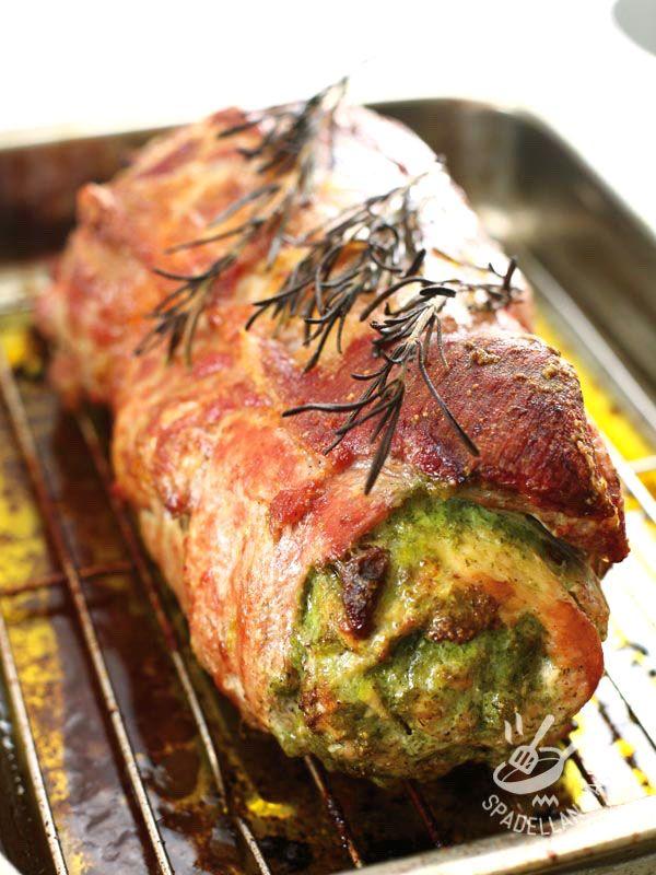 Stuffed veal roll with spinach and mushrooms - Il Rotolo di vitello farcito con spinaci e funghi ha in sé tutta la bontà della cucina rustica contadina, delle verdure di stagione fresche e del bosco! #rotoloaglispinaci