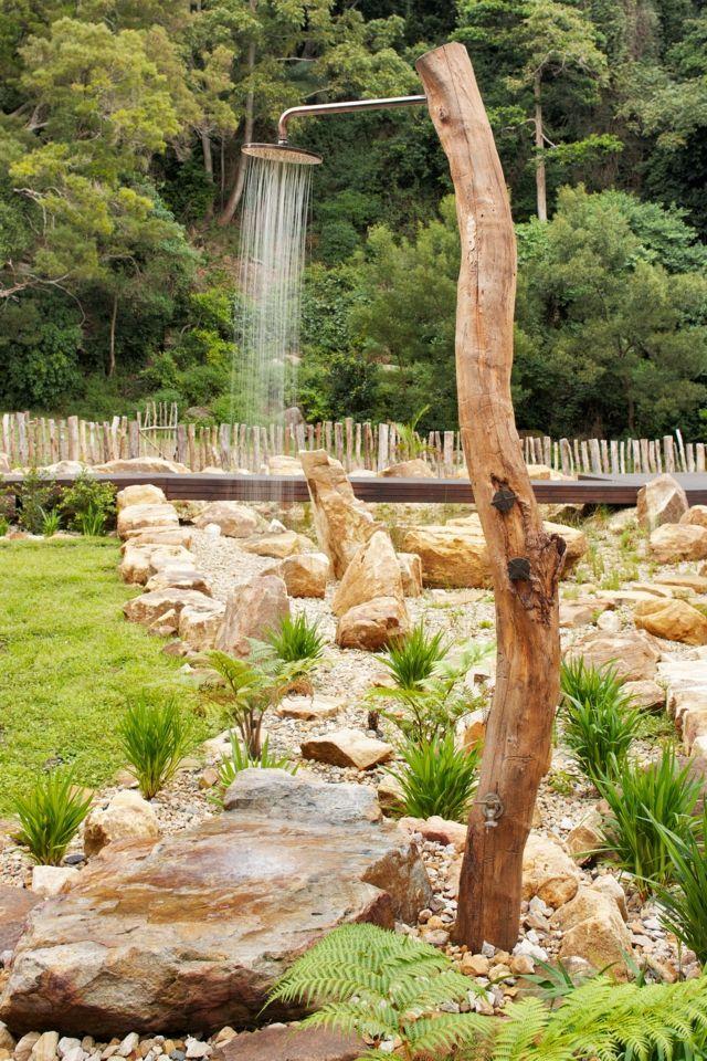 Eine Dusche im Garten? Na klar! Aus einem großen Ast (alternativ Holz aus dem Baumarkt) und Steinen ist das kühle Nass für den Sommer schnell gebaut.