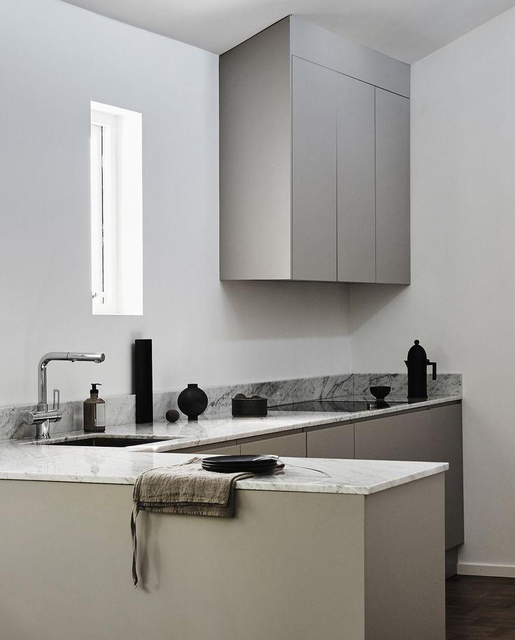 Proffskök med högt i tak där form och funktion går hand i hand. Den mjuka kulören i greige bryter fint mot bänkskivan i marmor. 5 + 1,5m kök. Pris 72.000 sek (Pris exklusive bänkskiva och vitvaror) Se fler bilder
