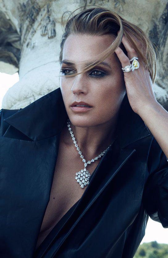 Vogue Paris décembre 2012/janvier 2013 Yasmin LeBon par Lachlan Bailey série bijoux Yasmin http://www.vogue.fr/joaillerie/news-joaillerie/diaporama/les-diamants-dans-vogue-paris-patrick-demarchelier-giampaolo-sgura-claudia-stefan/13101/image/751192#!vogue-paris-decembre-2012-janvier-2013-yasmin-lebon-par-lachlan-bailey-serie-bijoux-yasmin