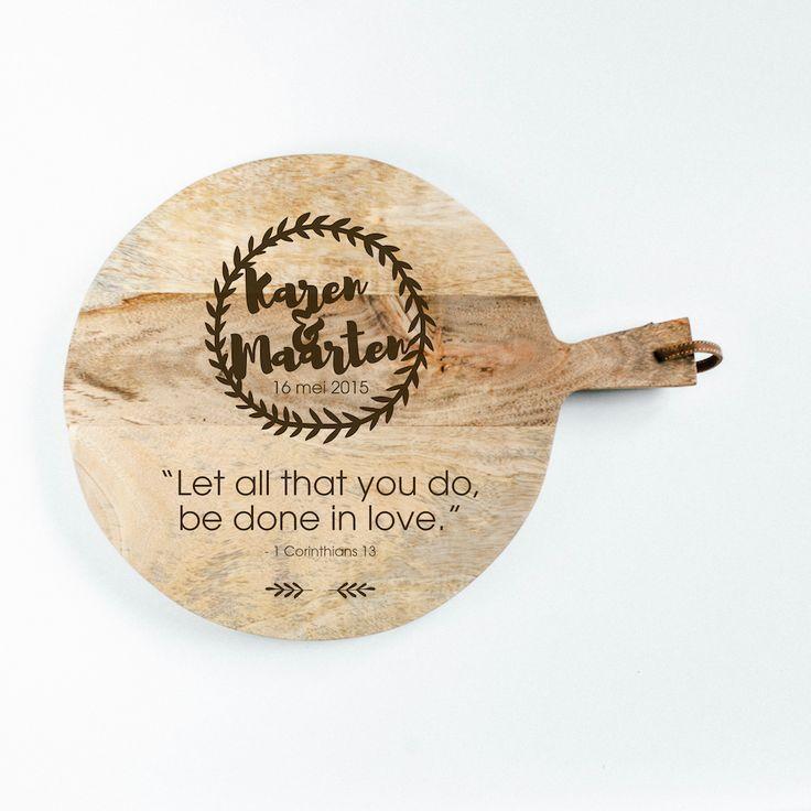 Broodplank Krans - 1 Cor 13. Een origineel cadeau voor een bruidspaar, met hun eigen namen gegraveerd in een stoere, houten broodplank.