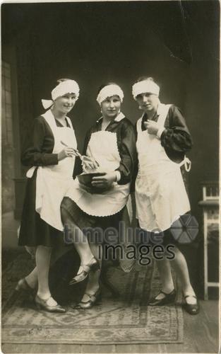 Hauswirtschafterinnen Pixelschubse/Timeline Images #backen #Frauen #historisch #Mädchen #posieren #Fotografie #schwarzweiss #Schürze #Bäckerin #backen #Beruf #Arbeit #jung #Freudinnen #Nostalgie #Ausbildung