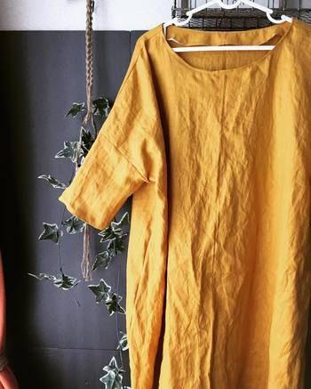 明るくて華やかなマスタードリネンのワンピース。一枚でさらっと着こなせば絶対カッコいい大人色です。形はシンプルでも旬な感じに仕上がるのは、さすがスタイリストさん提案のパターン。