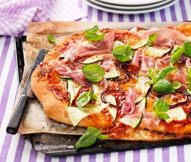 Recept: Siciliansk zucchinipizza med lufttorkad skinka