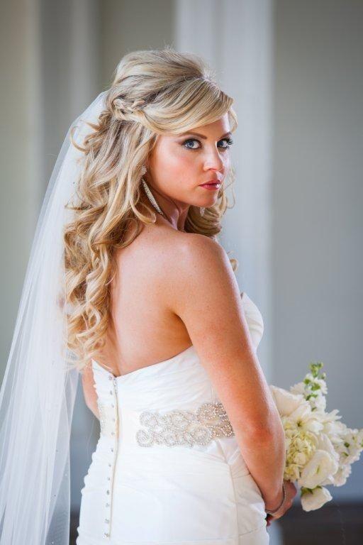 Bruidskapsel half los met romantische krullen en sluier