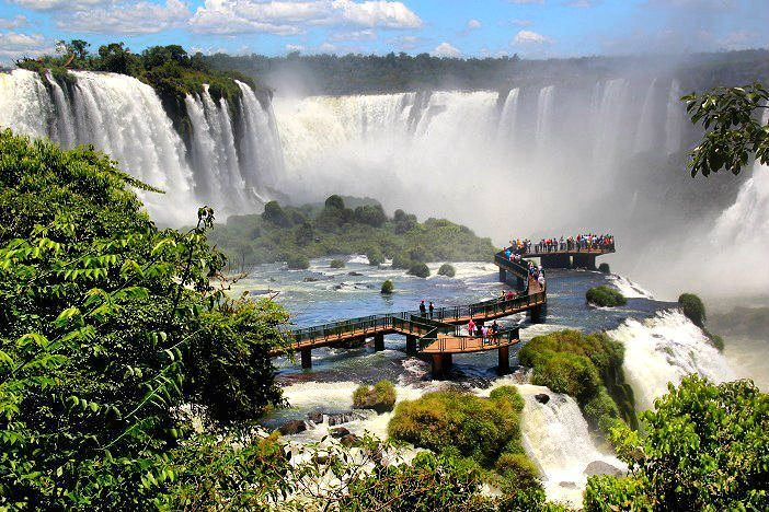 """VOLTA AO MUNDO COM O PEGADAS!  Durante quase 2 meses mostramos e falamos sobre países que visitamos ao longo das nossas viagens.  Agora é hora de nos despedirmos da série com o quadragésimo país: o nosso querido Brasil!  De norte a sul o nosso país é um dos mais completos em termos de belezas naturais do mundo. A diversidade de ecossistemas e de culturas permite que façamos uma """"volta ao mundo"""" dentro de nosso próprio país. É muita coisa para conhecermos não é mesmo?  Na foto o Parque…"""