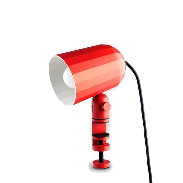 Noc er en universell klemlampe med aluminiumsskjerm fra HAY.To justeringspunkter. Passer fint i bokhyllen, sengestolpen osv.Design a