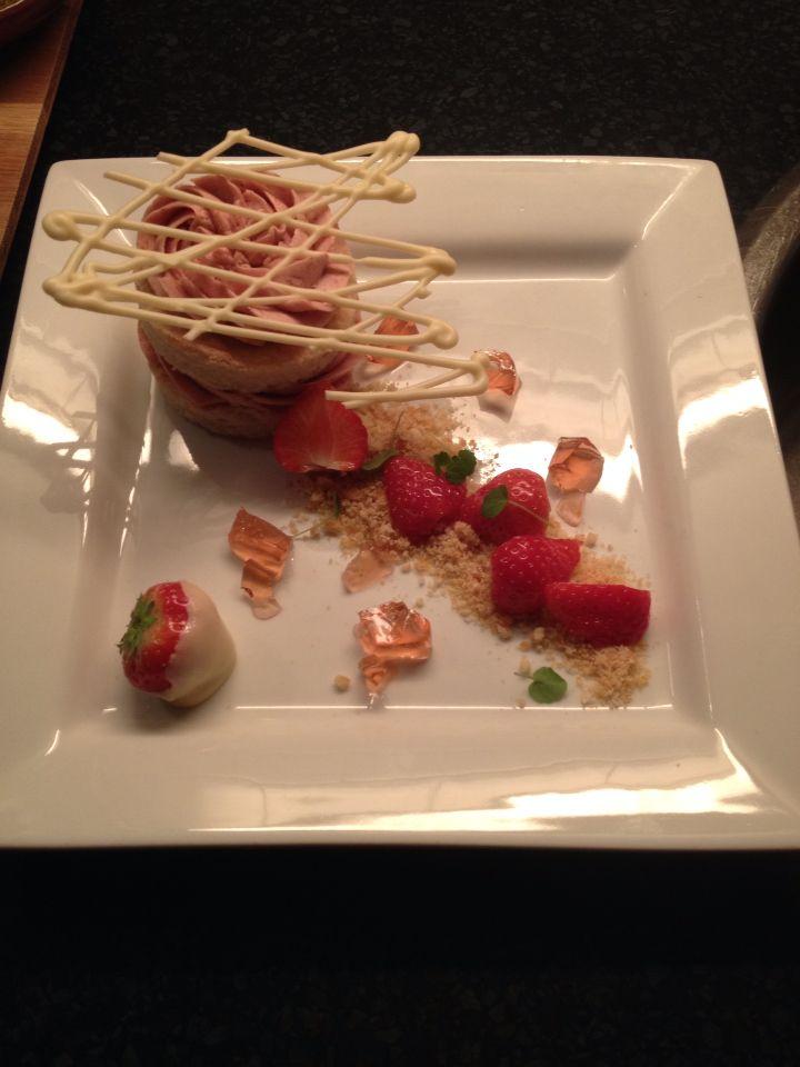 Made@home by Jo Rudolph's aardbeien Miserable als dessert met amandelpraline, gelei van aardbeienwijn, decoraties van witte chocolade en verse aardbeien..