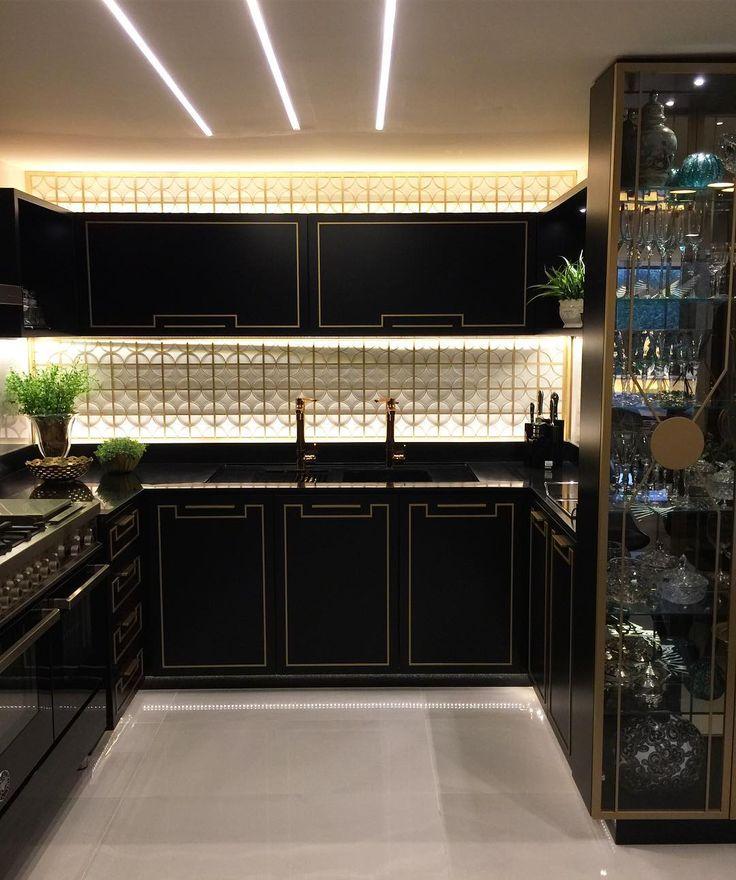 Cozinha black and gold com iluminação para lá de caprichada  {Por Ximene Villar para Casa Cor ES}