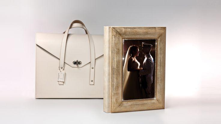 Album Foto Matrimonio Stampa e Rilegatura bookdesign.it - collezione Levi - Modello Moretta Sulla copertina del libro di #Matrimonio fotografia con cornice oro antico, con pietre. La borsa è rifinita e cucita a mano.