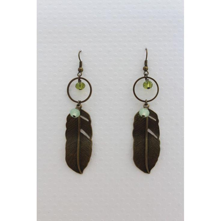 Boucles d'oreilles en plumes bronze, perles à facettes vert kaki et vert pale, liées par un anneau en métal bronze