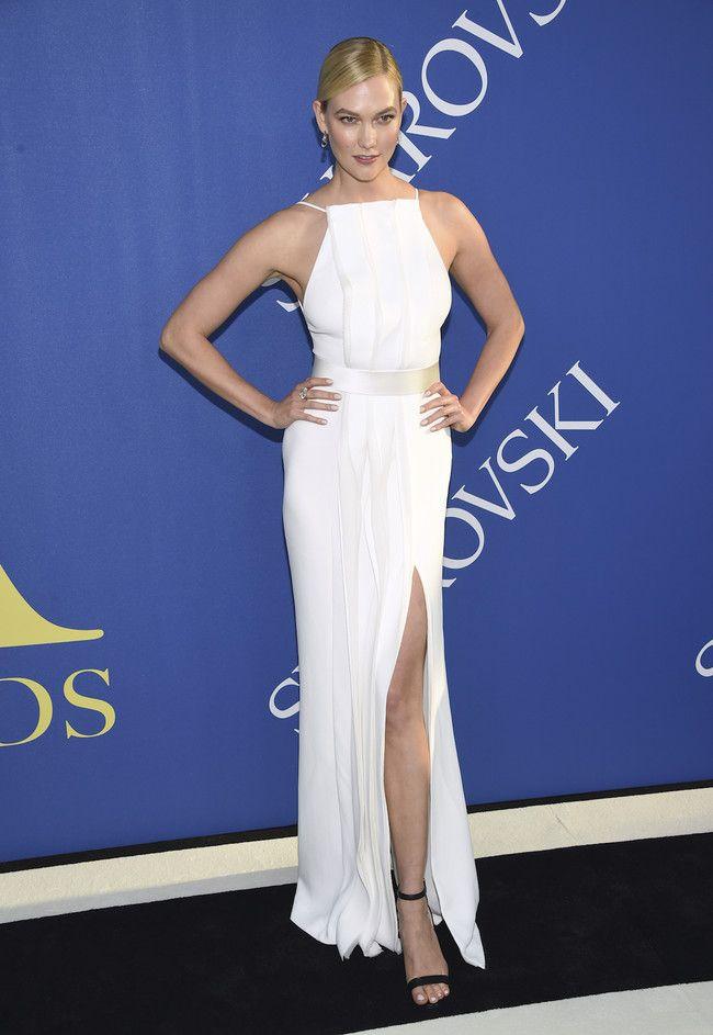 a29c45f3a De los CFDA Awards; Karlie Kloss. Con un vestido blanco con drapeado ...